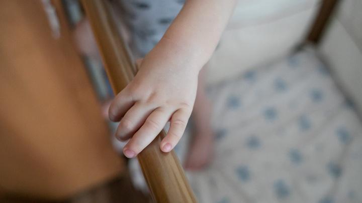Годовалый мальчик упал с лестницы со второго этажа, пока мама убиралась