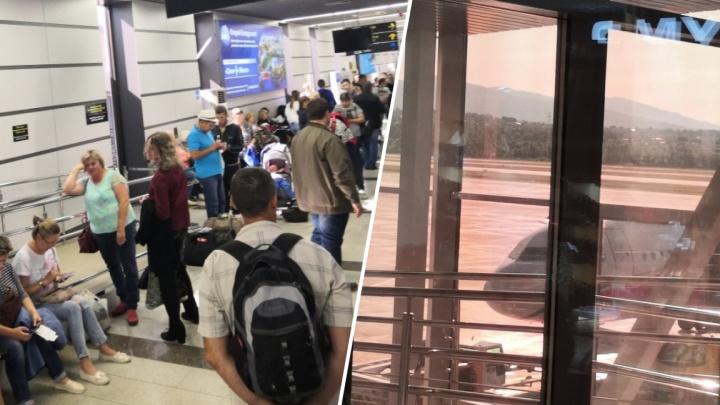 «Пилот отказался лететь на этом самолете»: тюменцы больше 12 часов не могут покинуть Сочи