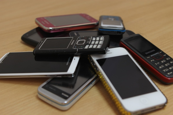 Тюменец незаметно положил новый телефон своей знакомой к себе в карман. После праздника он ушел с ним домой