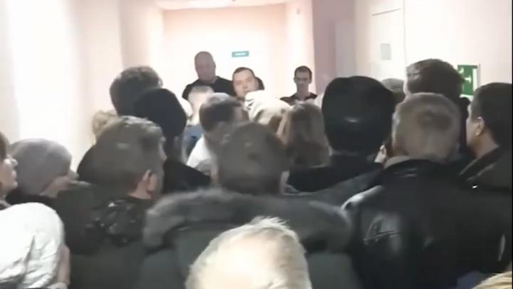 «Прием ведется в воскресенье»: пациент Плесецкой ЦРБ снял на видео огромную очередь на медкомиссию