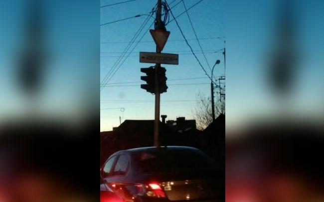 На оживленном перекрестке в Уфе сломался светофор