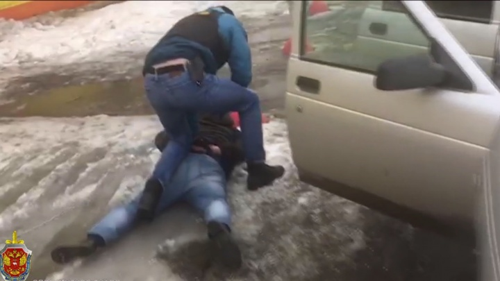Не двигаться, лицом в лужу: ФСБ опубликовала видео задержания челябинских инспекторов ФМС за взятку