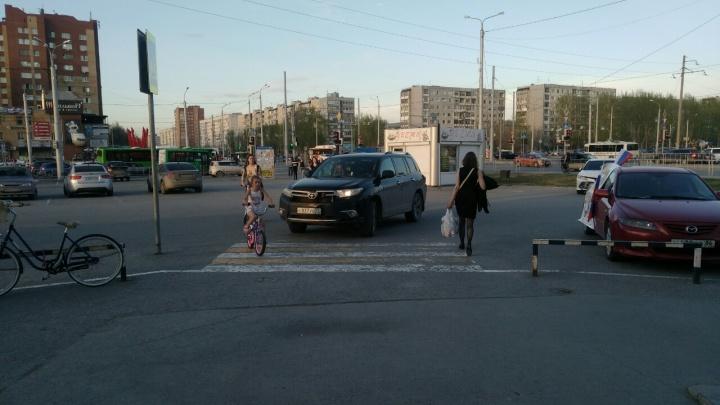 «Я паркуюсь, как...»: кирпич-предупреждение на капоте у автохама и «цари» тротуаров