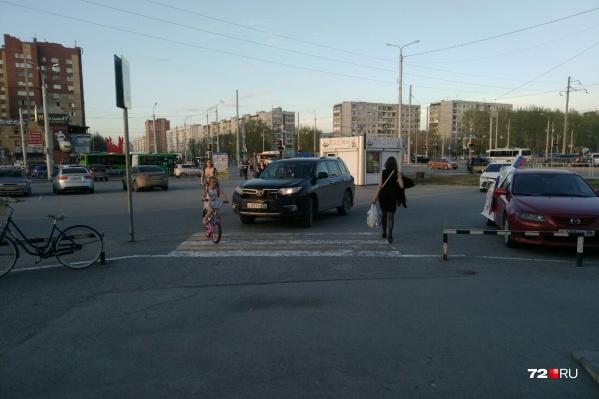 Пешеходный переход у торгового центра «Широтный»