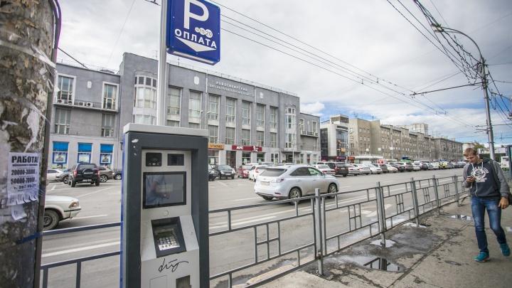 С Красного проспекта уберут все бесплатные парковки