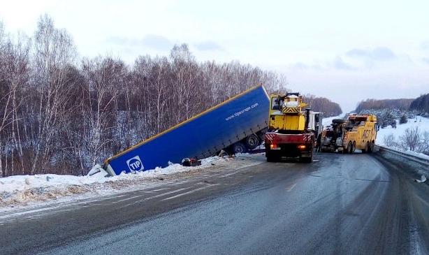 Потратили 16 часов: под Новосибирском вытащили застрявшуюна трассе фуру
