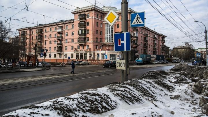 Улицу 25 лет Октября перекрыли бетонными блоками из-за просевшего асфальта