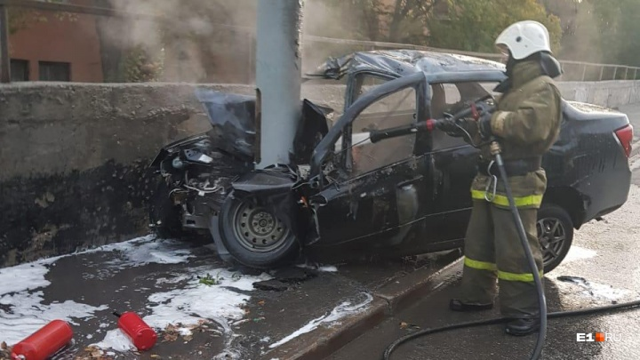 «Счет шел на минуты»: очевидцы ДТП на Белинского — о том, как спасали пострадавших из горящей машины