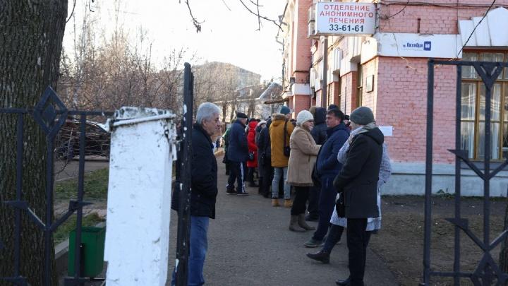 «Теперь не грех и накатить»: реакция россиян, зря отстоявших дикие очереди за справкой от нарколога