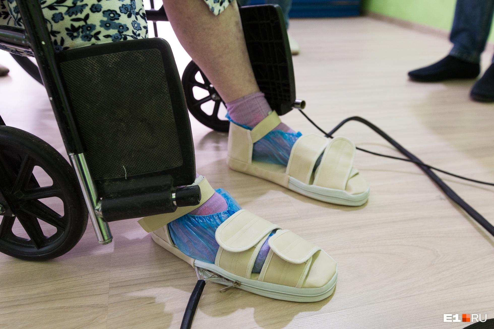 На ногах не простые тапочки, а с подошвенными рецепторами, которые активизируют функцию ходьбы, лобный центр