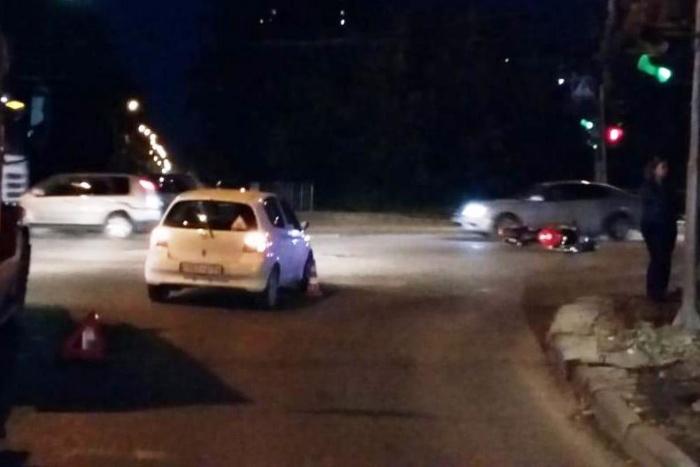 Мотоциклист ударился о машину, которая поворачивала направо