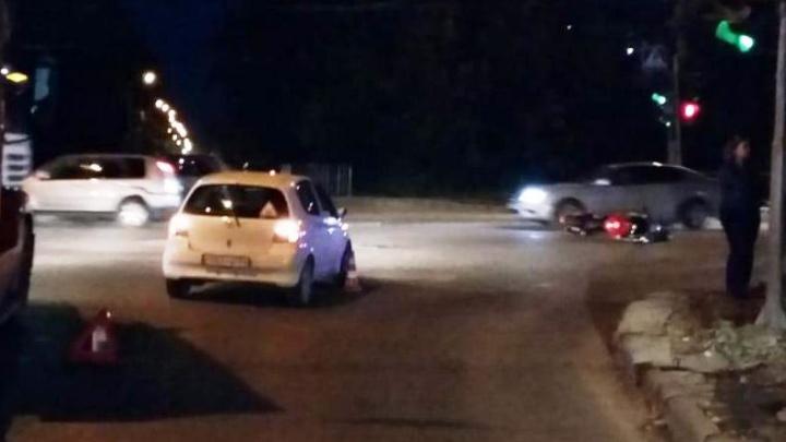 Мотоциклист попал в больницу после ДТП с «Тойотой» на перекрёстке