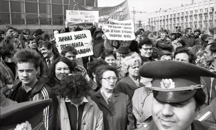 Митинг горожан в день приезда Михаила Горбачёва