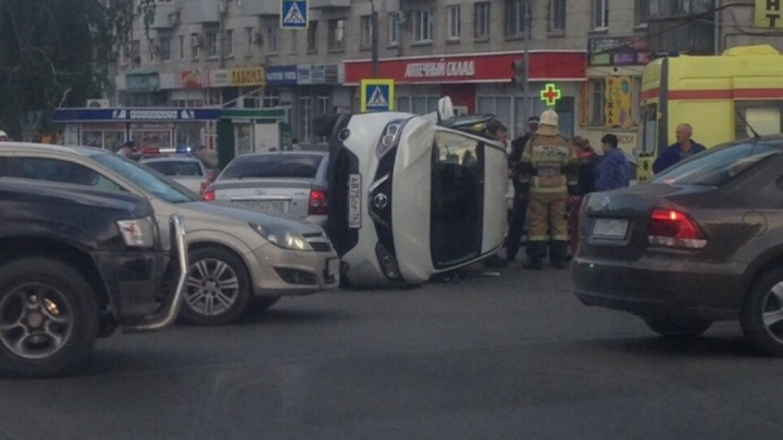 «Там была такая суматоха!»: на улице XXII Партсъезда «Приора» завалила «Ниссан» на бок