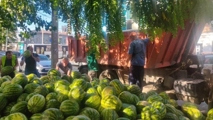 И на нашей улице праздник: в центре Ростова бесплатно раздавали арбузы