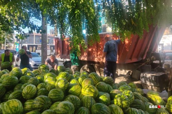 Жители центра с радостью забирали бесплатные арбузы