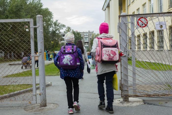 Во многие школы Екатеринбурга родителей не пускают не только бдительные охранники, но и установленные на входе турникеты