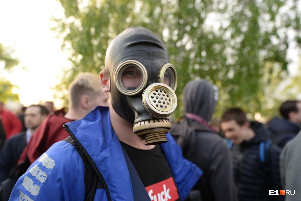 Этот мужчина подготовился к газовой атаке (и правильно сделал), газ был и во второй день