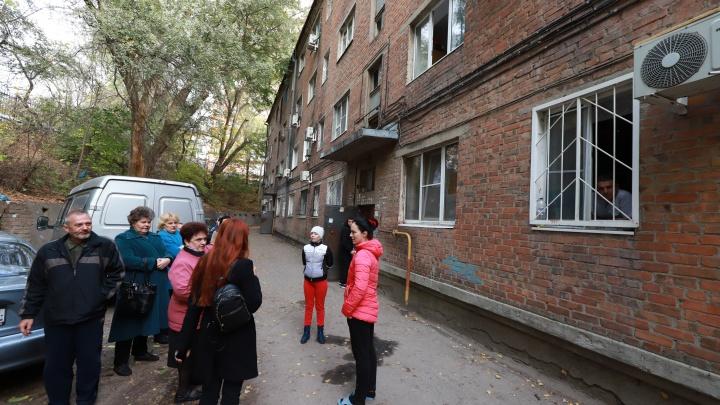 Тучи комаров в квартирах: жителей затопленных домов на Шеболдаева годами «футболят» чиновники и УК