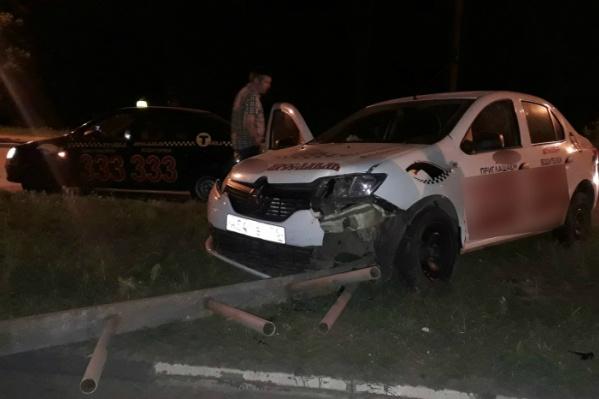 Одна из машин вылетела на разделительную полосу и врезалась ограждение