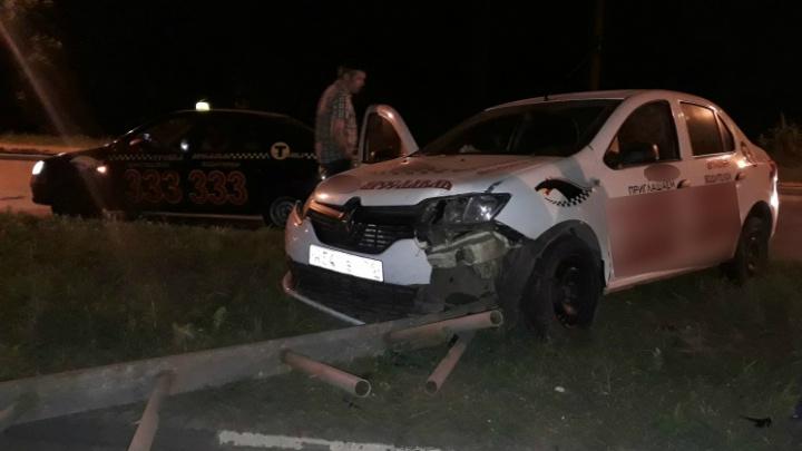 Ночью на пустом проспекте столкнулись две машины такси: один из водителей сбежал