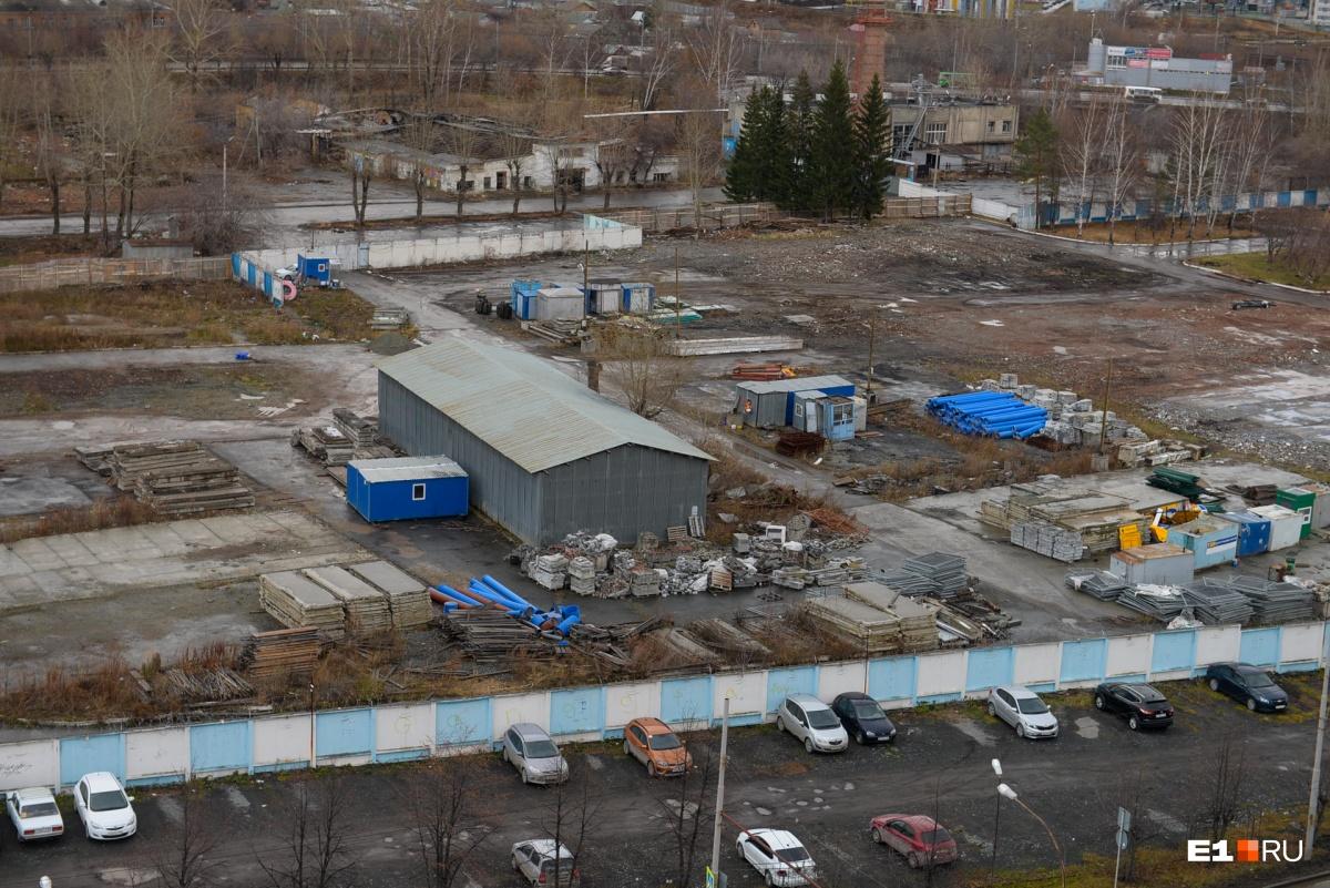 Фото всей площадки, вид с улицы Крестинского