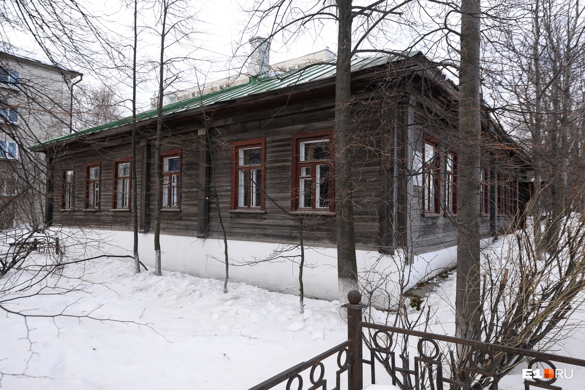 Тот самый служебный дом, где в 1855 году поселилась семья священника Степана Попова