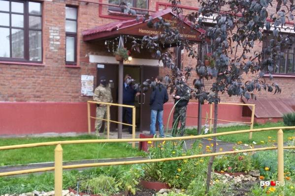Силовики у подъезда дома на улице Циолковского