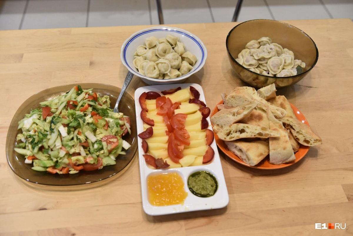 От окрошки решили отказаться и приготовили пельмени, салат и сыр