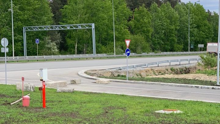 Дорогу с Широкой Речки, которая задыхается от пробок, построили, но не могут открыть уже три месяца