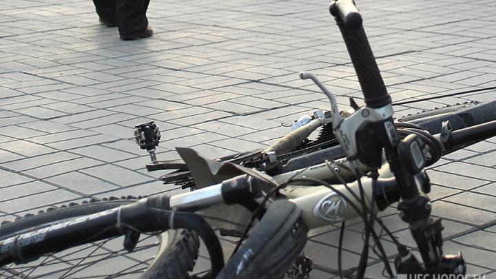 Школьник на велосипеде попал под машину на Титова