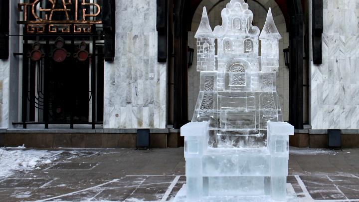 Возле кукольного театра появился ледяной трон