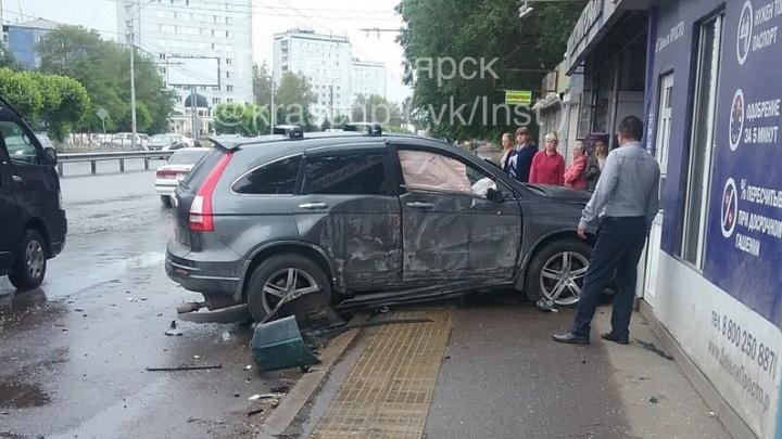 «Хонда» вылетела на остановку в Красноярске после странного маневра на Металлургов