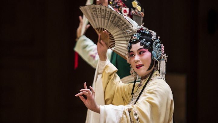 В шелках и с веерами: новосибирцы устроили аншлаг на древнекитайской опере с субтитрами