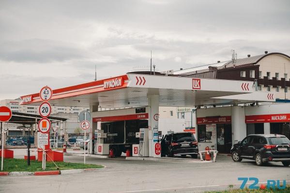 Тюменское УФАС мониторит розничные и оптово-отпускные цены на АЗС «Газпромнефти», «Лукойла» и «Н-1», которые занимают доминирующее положение на рынке