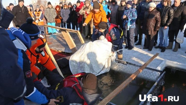 В Уфе, освящая воду, батюшка упал в прорубь