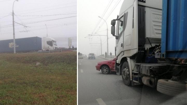 «Вообще ничего не видно»: на окутанном туманом проезде Энергетиков столкнулись фура и Subaru