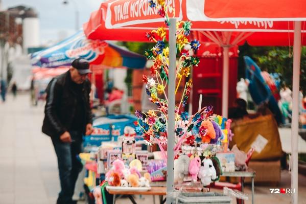 Стихийная торговля чем попало в центре Тюмени возмутила читательницу 72.RU. А как вы относитесь к торговым рядам на Цветном бульваре? Пишите в комментариях — обсудим