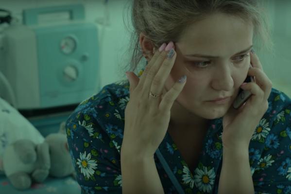 История о враче и мальчике Пете, которого «отмолили», облетела весь Рунет, а сейчас по ней сняли фильм. На фото — Дарья Тропезникова, сыгравшая мать Пети