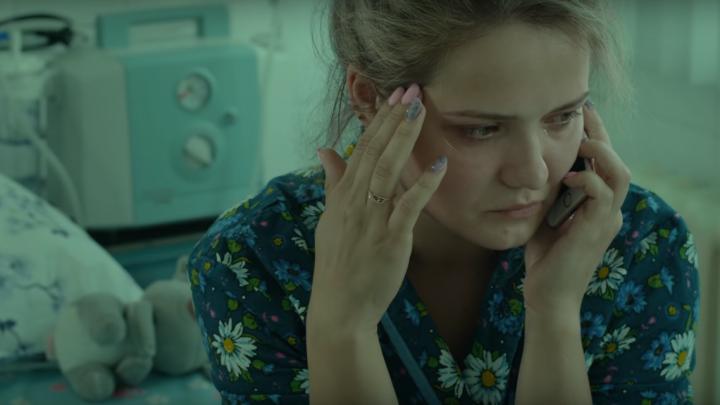 «Отмолили Петю»: в горбольнице сняли фильм о девушке-враче, спасшей ребёнка истеричной матери