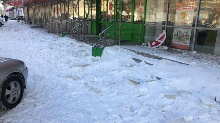 На Луначарского снег с крыши обрушил вывески магазинов на первом этаже