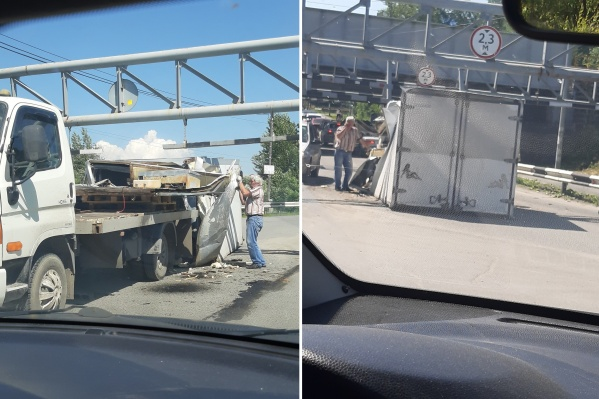 У автомобиля при попытке проезда под мостом сорвало кузов