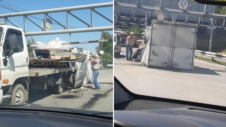 Под мостом в Боровском в очередной раз пытался проехать грузовик. Ничего не получилось