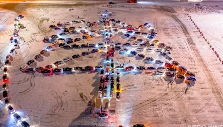 Автомобилисты из Екатеринбурга выстроятся в огромную автоёлку. Смотрим видео с прошлогодней акции