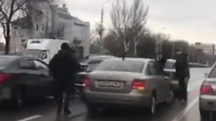 «Выбил страйк»: водитель «семерки» устроил на Нагибина массовое ДТП