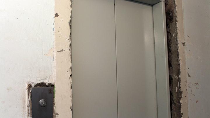 На левобережье ТСЖ потребовало 5 тысяч за порчу лифта, в котором застряли дети