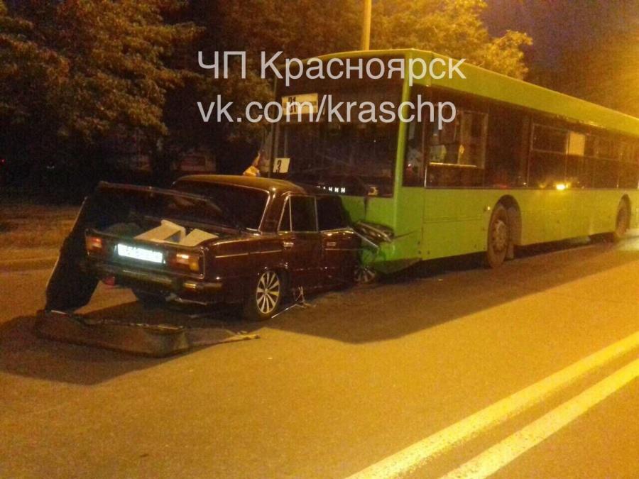 ВКрасноярске шофёр без прав вогнал половину «Жигулей» под автобус