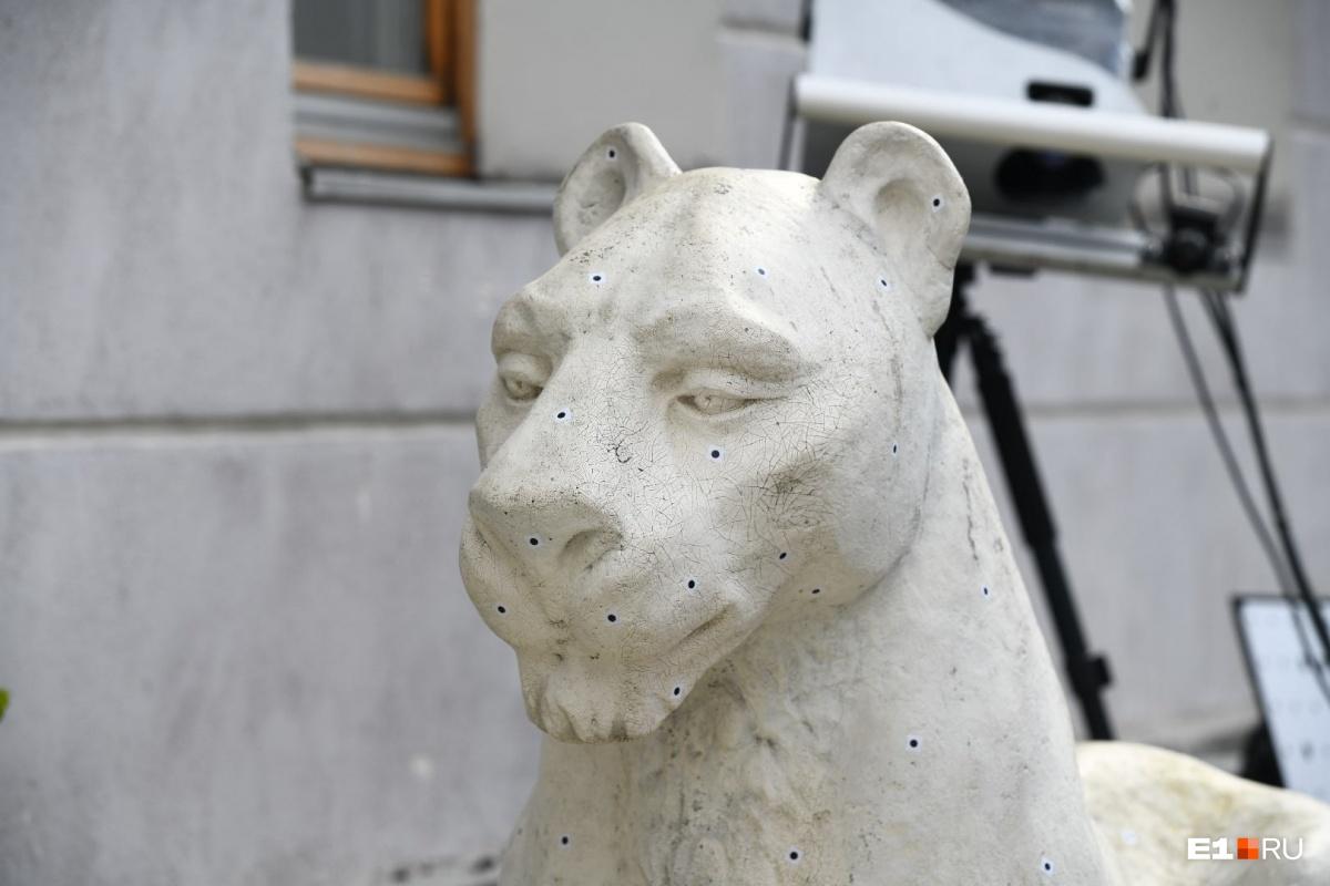 На скульптуры уже нанесли точки, чтобы создать трехмерную модель скульптур