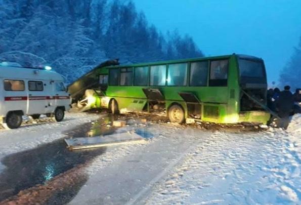 В Прикамье на федеральной трассе столкнулись рейсовый автобус и 2 автомобиля: пострадало 15 человек
