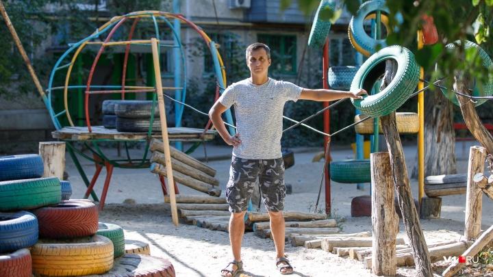 «Раньше стояли одни машины»: волгоградец за свой счет возвёл детский городок из шин с ретробатутом